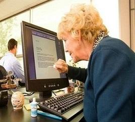 Man ser om en blondin använd en dator för då är det Tippex på skärmen.