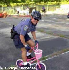 Polis på rosa cykel är rena skämtet.